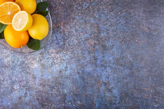 石の上に置かれた新鮮な黄色のレモン。