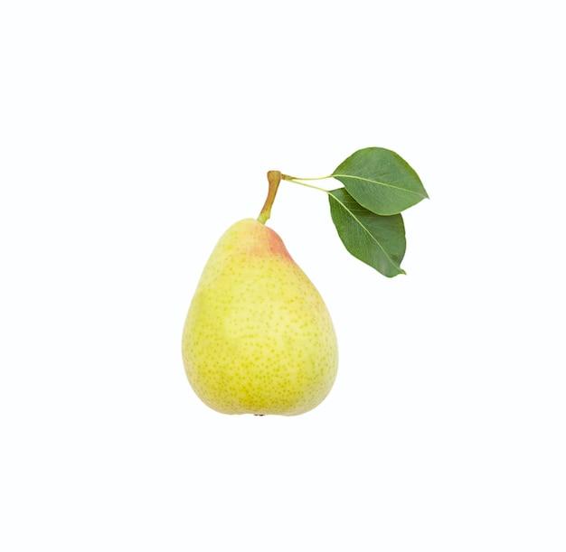 격리 된 여름 육즙이 단일 과일 흰색 배경에 잎과 신선한 노란색 배
