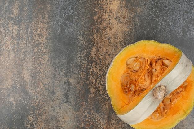 Zucca gialla fresca sulla superficie di marmo