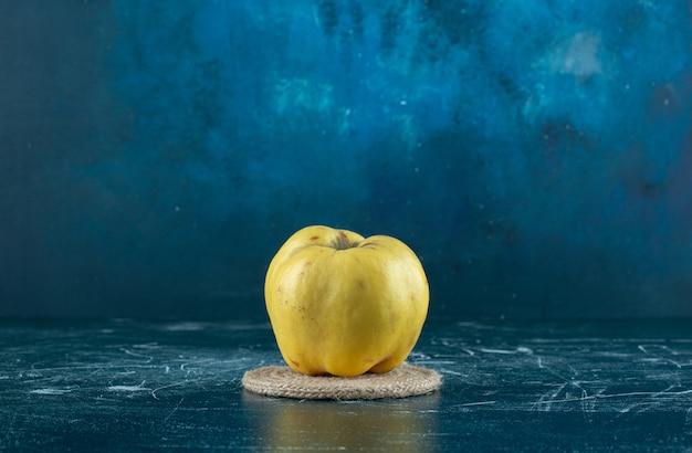 大理石のテーブルに新鮮な黄色のマルメロ。