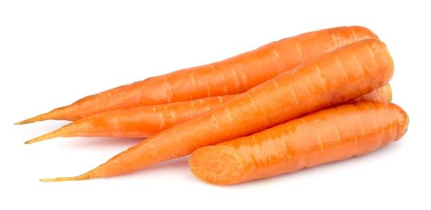 Свежая молодая морковь на белом крупным планом