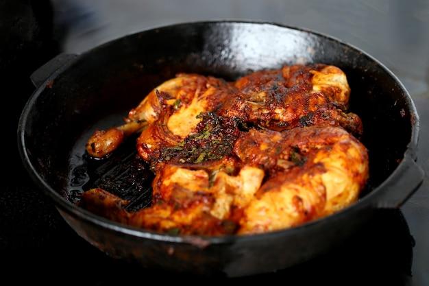 焼きたての鶏肉とスパイス Premium写真