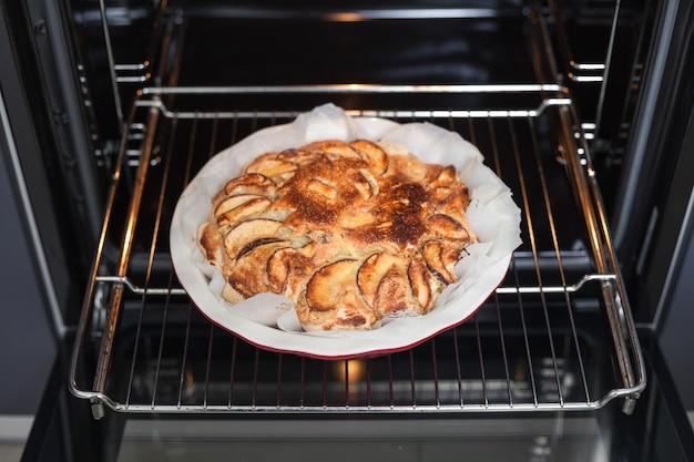 집에서 부엌 오븐에 갓 구운 사과 파이. 수제 베이킹.