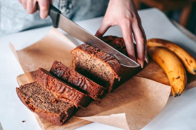 Свежеиспеченный банановый хлеб на кухне