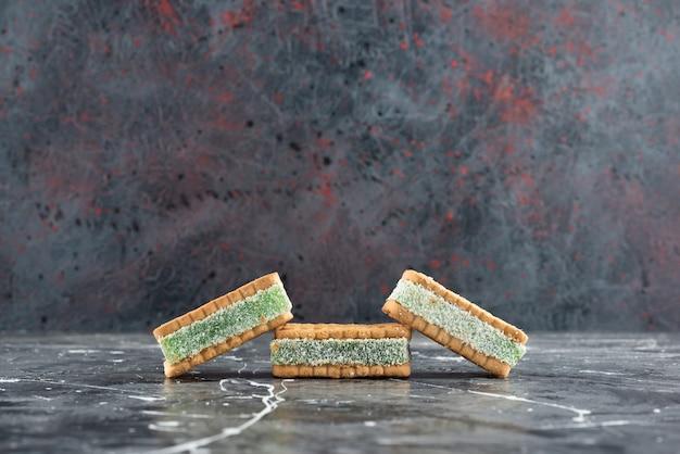 Cialde belghe appena sfornate isolate su una superficie di marmo