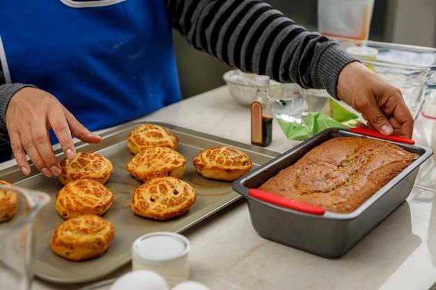Свежеиспеченное печенье или традиционный мексиканский сладкий хлеб вместе с банановой сковородой с небольшой начинкой.