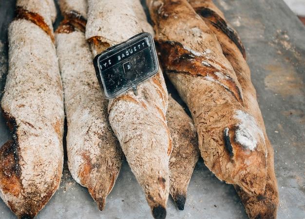 焼きたてのパンをトレイに