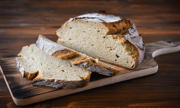 茶色のキッチンテーブルで焼きたてのパン