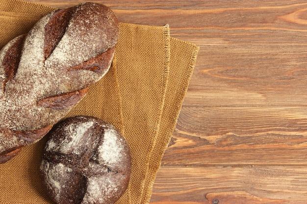 테이블 근접 촬영에 갓 구운 빵