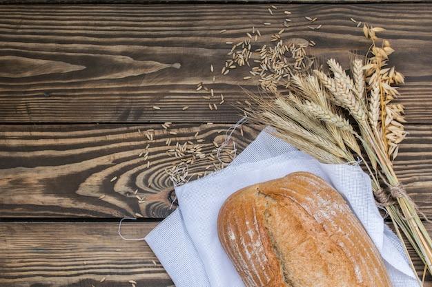 나무 배경에 갓 구운 빵 제품