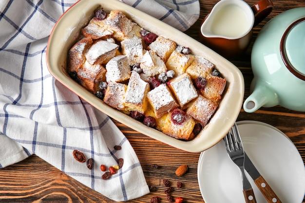 나무 테이블에 캐서롤 접시에 갓 구운 빵 푸딩