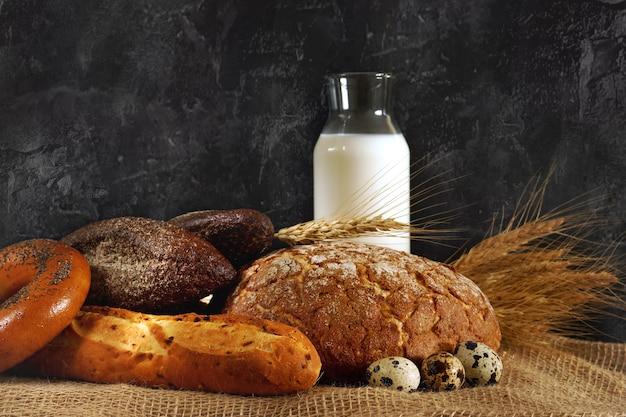 테이블에 바삭 바삭한 갓 구운 빵.