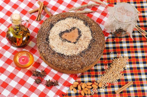 Свежеиспеченный хлеб с травами