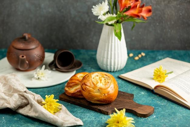 焼きたてのパン、開いた本、花