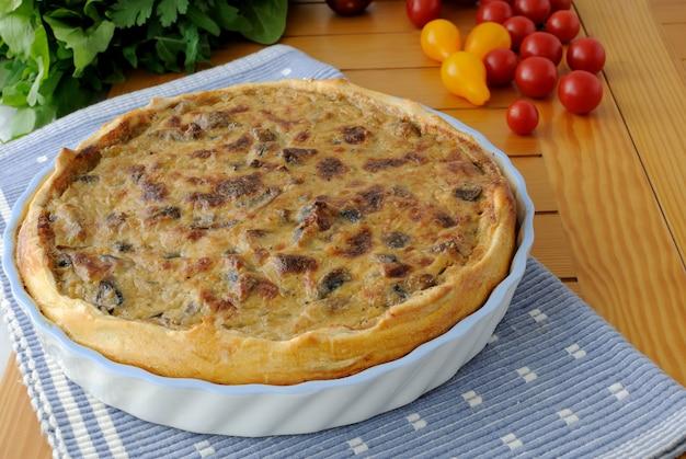 세라믹 형태의 크림 버섯 소스와 함께 갓 구운 케이크