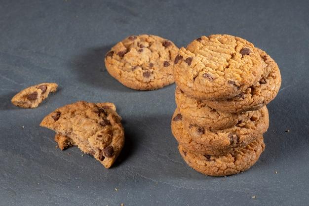 Свежеиспеченное шоколадное печенье на темном камне с местом для текста.
