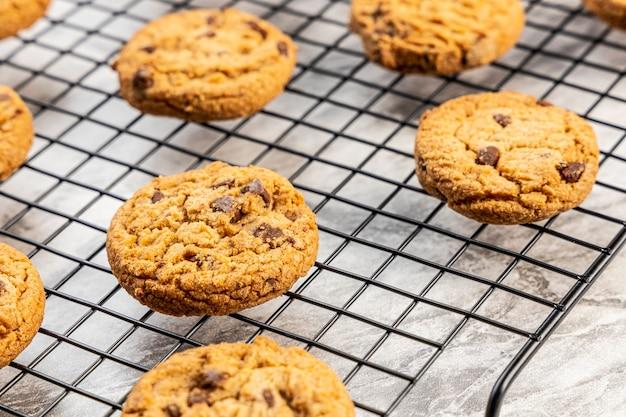 Свежеиспеченное шоколадное печенье на мраморной столешнице.