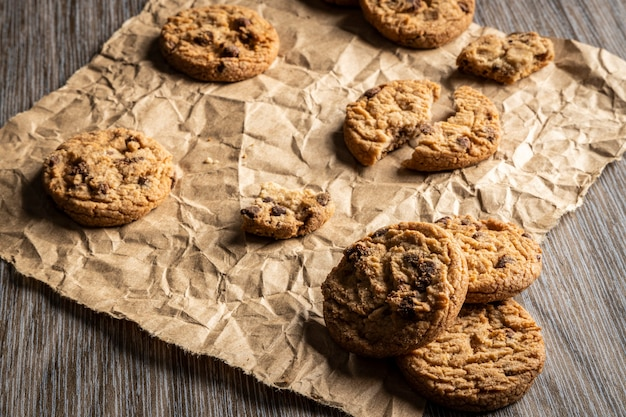 Свежеиспеченное шоколадное печенье на деревянном столе с местом для текста.