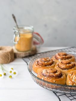 スパイスと焼きたてのシナモンロール。カネルブレ-スウェーデンのデザート。食品のコンセプト。素朴なスタイル