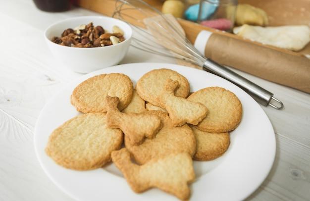 부엌에서 하얀 접시에 누워 갓 구운 쿠키