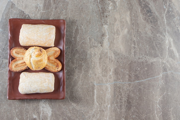 Biscotti appena sfornati su un piatto di marmo.