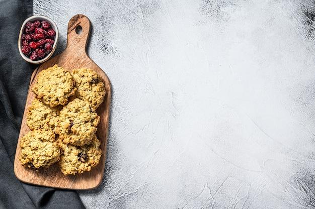 Свежеиспеченное овсяное печенье с клюквой