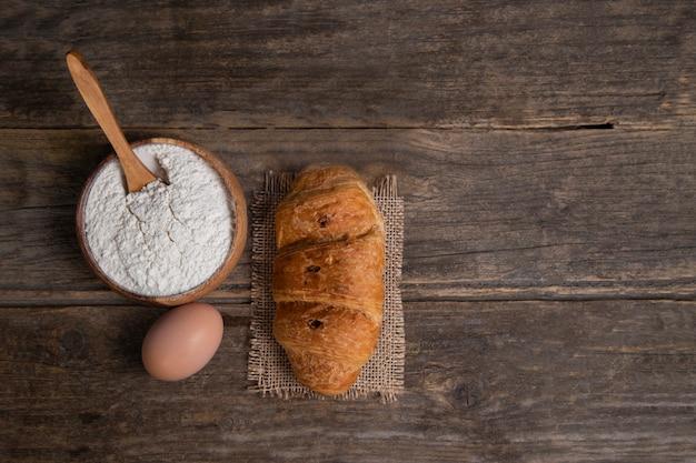 Croissant appena sfornato con uova di gallina e farina. foto di alta qualità