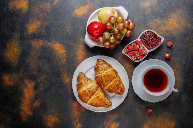 ラズベリージャムとラズベリーのフルーツと焼きたてのクロワッサン。
