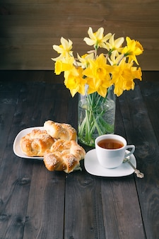 Свежеиспеченные хрустящие бублики с кунжутом и чайной чашкой