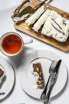 Свежеиспеченный вкусный банановый хлеб с грецкими орехами и шоколадом. белый фон. вид сверху.