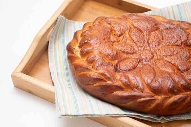 木製のテーブルで焼きたてのフィッシュパイ