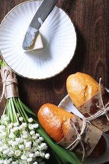 Свежеиспеченный французский багет на деревянном столе на завтрак