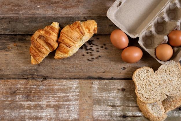 焼きたてのフランスのクロワッサンベーカリーと卵