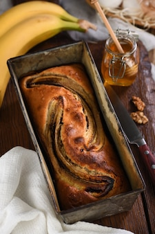 Свежеиспеченный домашний банановый хлеб. аппетитная, нежная, мягкая текстура хлеба с ароматом измельченного ореха и меда.