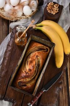 갓 구운 수제 바나나 빵. 으깬 견과류와 꿀 향이 나는 식욕을 돋우는 섬세하고 부드러운 빵 질감.