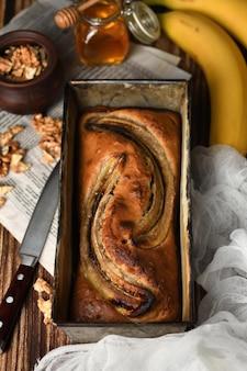 갓 구운 수제 바나나 빵 으깬 견과류와 부드럽고 부드러운 빵 질감 프리미엄 사진
