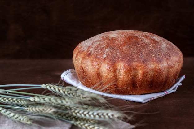 갓 구운 수제 빵이 테이블 위에 있습니다.