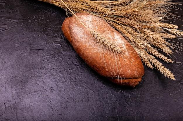 焼きたての自家製パン。サクサクの皮が付いた素朴なサワー種のパン