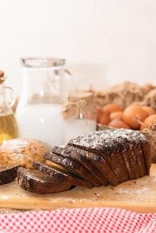 さまざまなシリアルを使った焼きたての自家製パン。