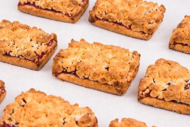 焼きたての自家製クッキーとジャムが一列に並んでいます。バランスの取れた栄養、タンパク質と炭水化物、シリアル