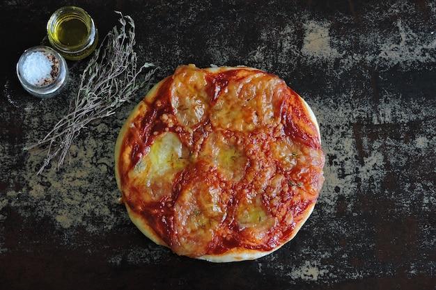 焼きたての自家製モッツァレラチーズのピザ。