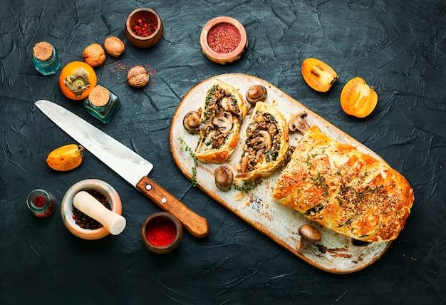 Свежеиспеченный домашний грибной пирог с хурмой. грибы веллингтона.