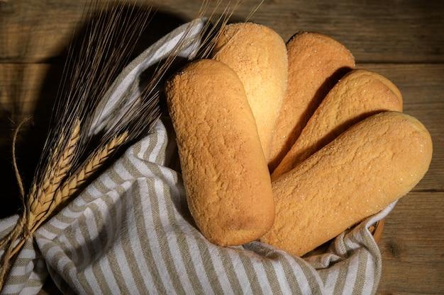 バスケットに入ったビスコッティカセレッチと呼ばれる焼きたてのイタリアの自家製カリカリクッキー