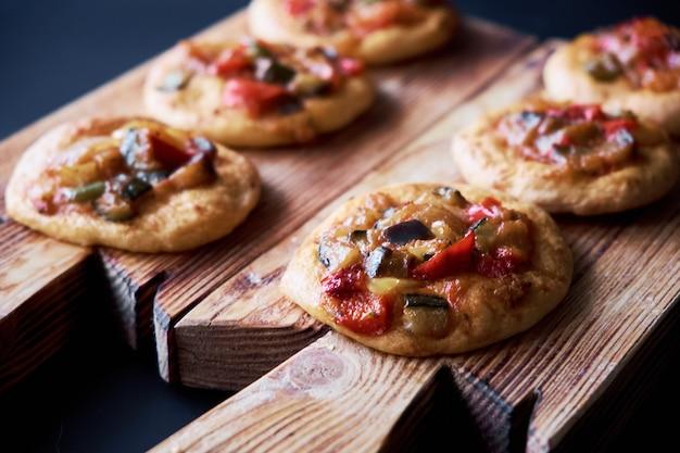 Свежеиспеченные мини-пиццы