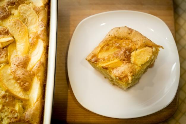 하얀 접시에 집에서 만드는 사과 파이의 갓 구운 조각