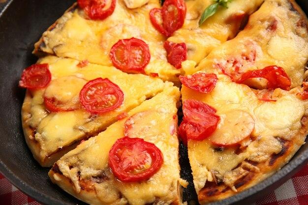 焼きたてのピザを鍋に入れて