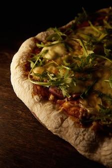 木製の表面で焼きたてのピザ