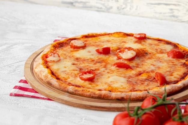Свежеиспеченная пицца на столе крупным планом