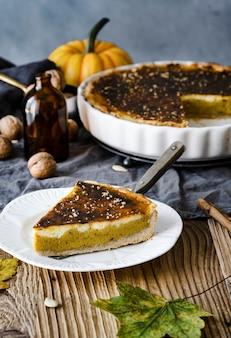 Свежеиспеченный тыквенный пирог вкусный десерт на хэллоуин