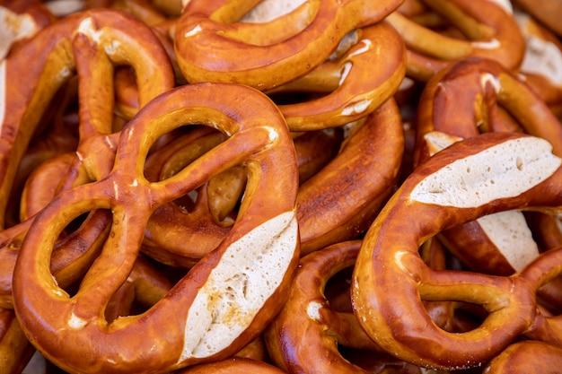 이탈리아의 일요일 식품 시장에서 갓 구운 소박한 이탈리아 베이글